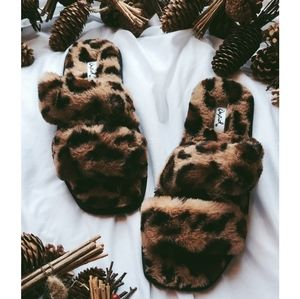 🆕️The Comfy Collection leopard fur slides